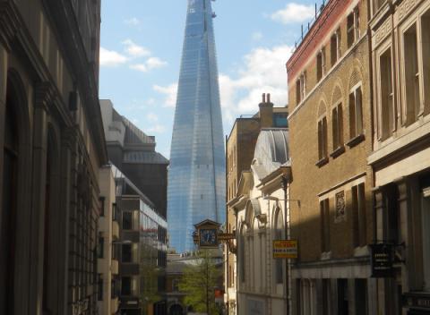 The Shard vanaf een straat in Londen